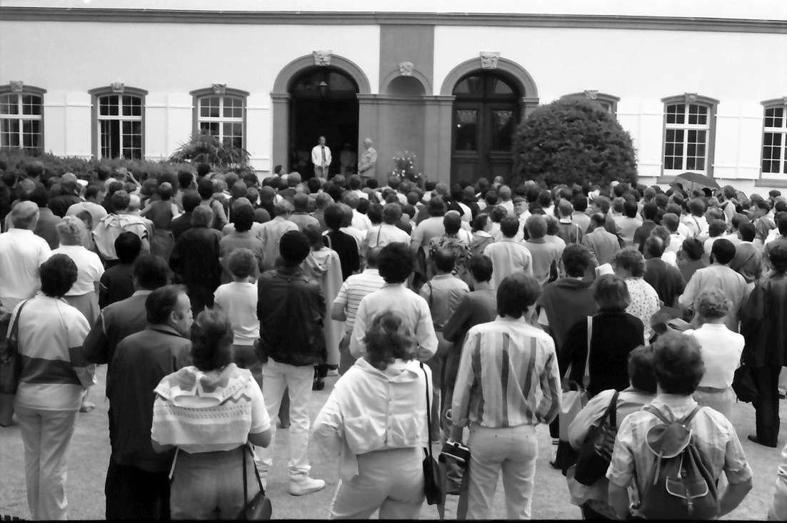 35. Tagung 1985 Physik; Mainau: Verabschiedung im Schlosshof; Blick zum Portal mit Ivar Giaever und Graf Lennart Bernadotte, Bild 1