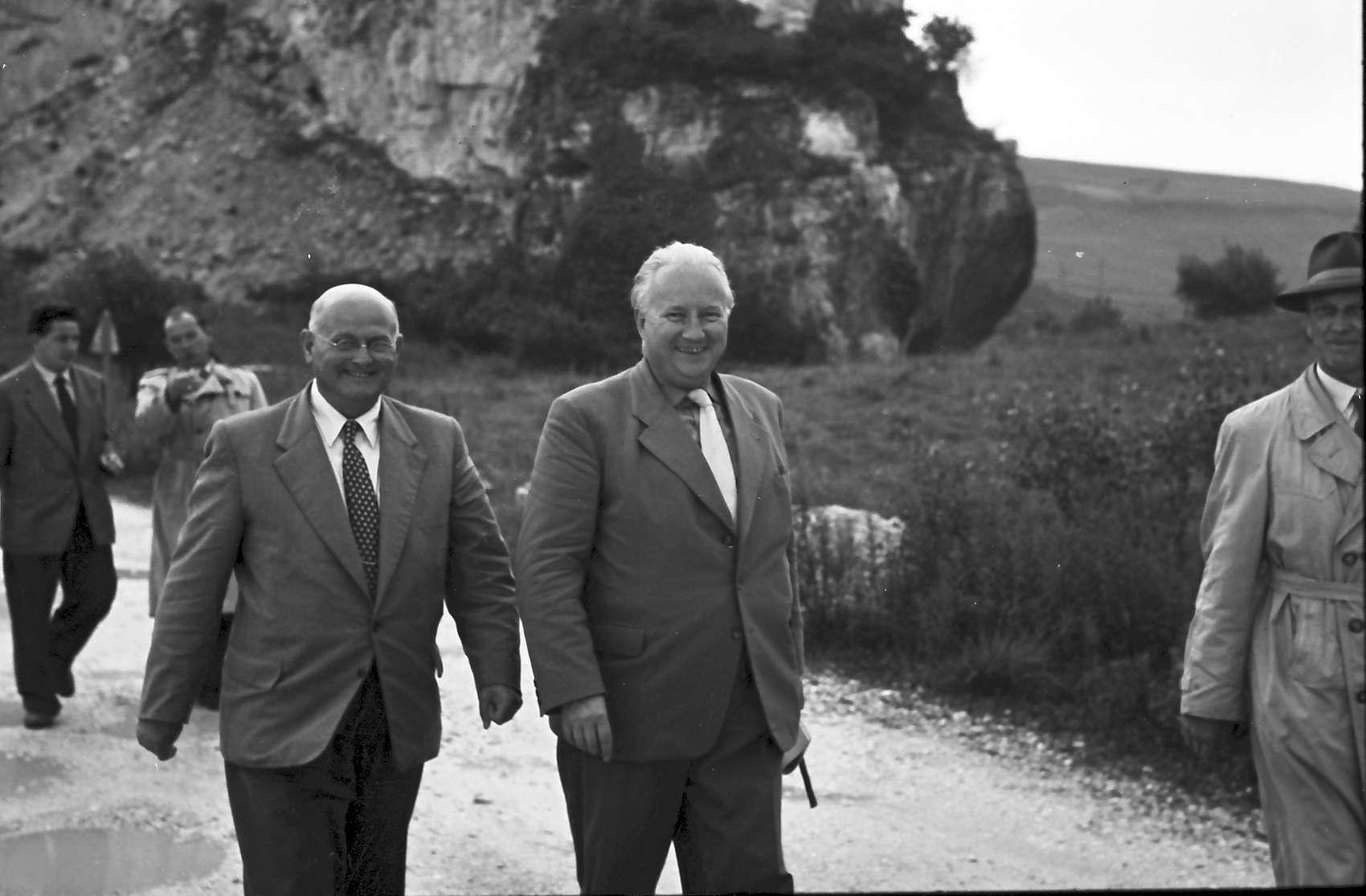Istein: Verkehrsminister Seebohm und Herren des Straßenbaus besichtigen die Baustelle, Bild 1