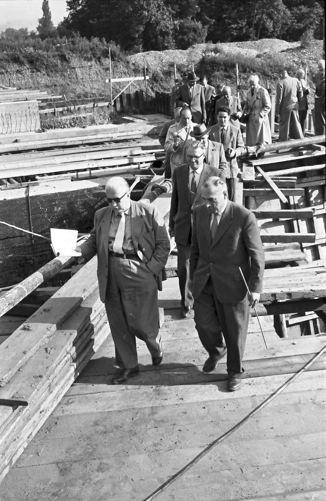 Efringen-Kirchen: Besichtigung an der Kanderbrücke bei Efringen-Kirchen; Gruppe mit Verkehrsminister Seebohm auf Brückengerüst, Bild 1