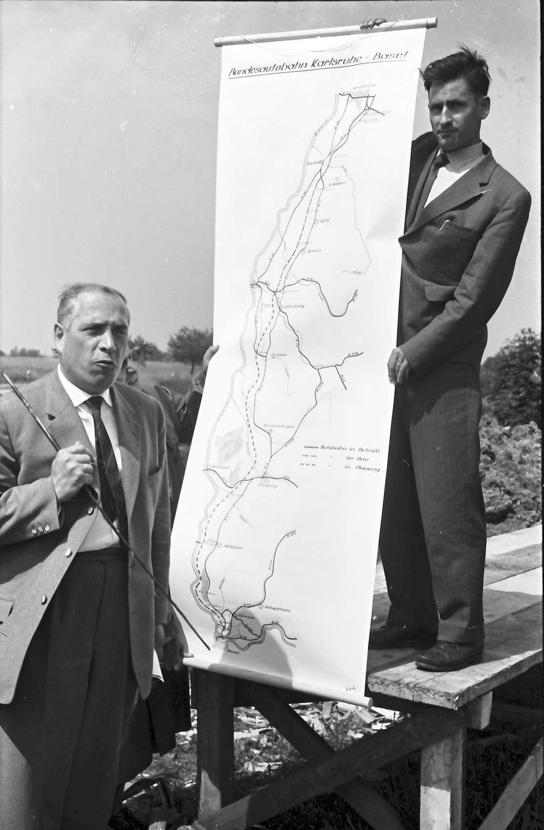 Wagshurst: Regierungsbaudirektor Leins an der Landkarte, Bild 1