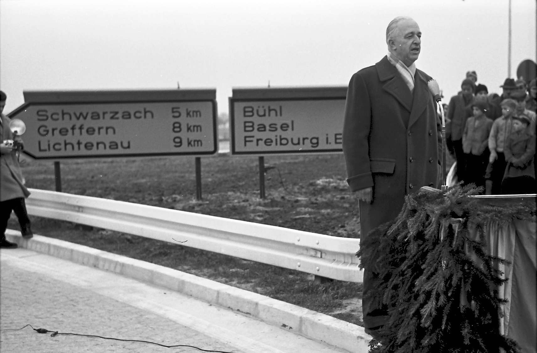 Bühl: Dr. Lämmlein spricht an der Ausfahrt, Bild 1