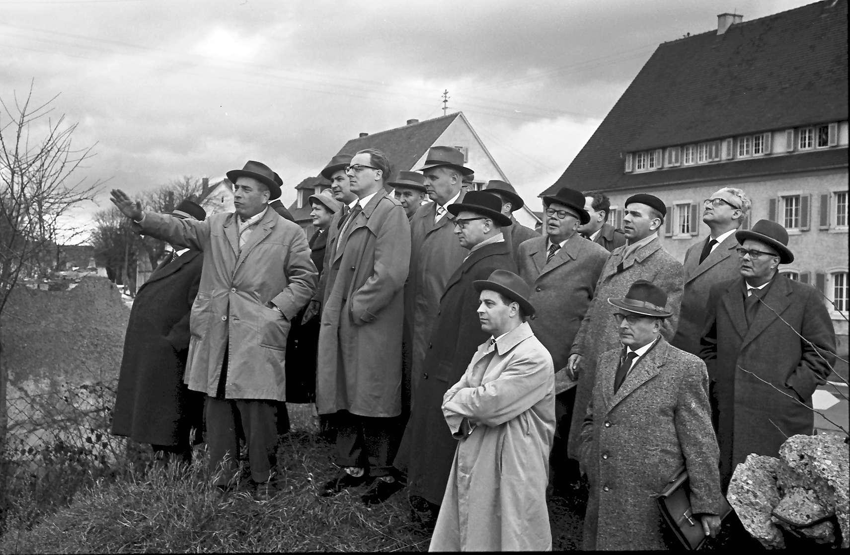 """Neuenburg: Gruppe auf """"Beobachtungshügel"""", Bild 1"""
