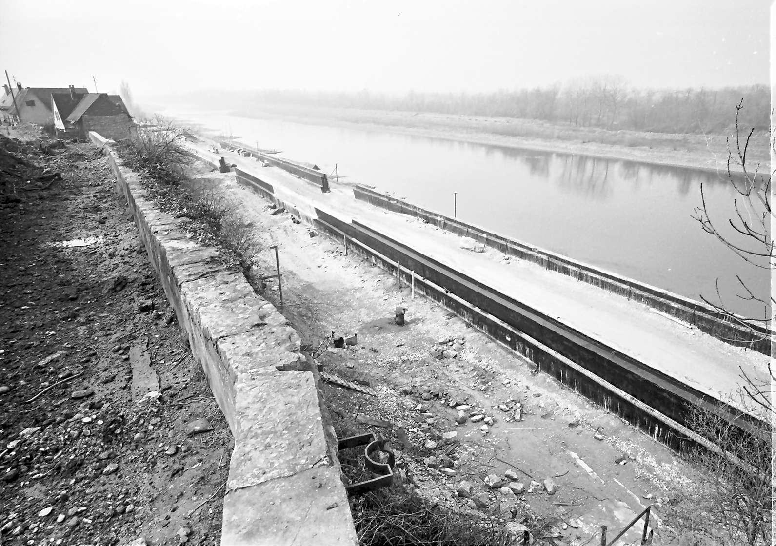 Rheinweiler: Stützmauer im Bau; von oben nach Süden mit alter Wegmauer, Bild 1