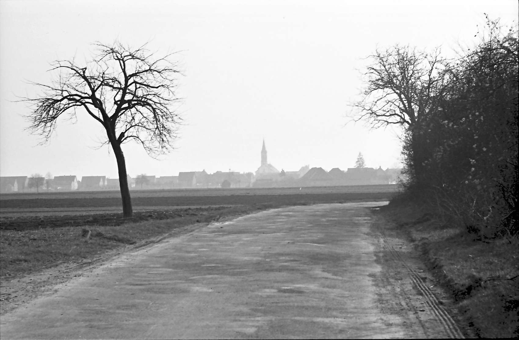 Hartheim: Stelle der späteren Straßenüberführung von Norden; mit Blick auf Hartheim, Bild 1