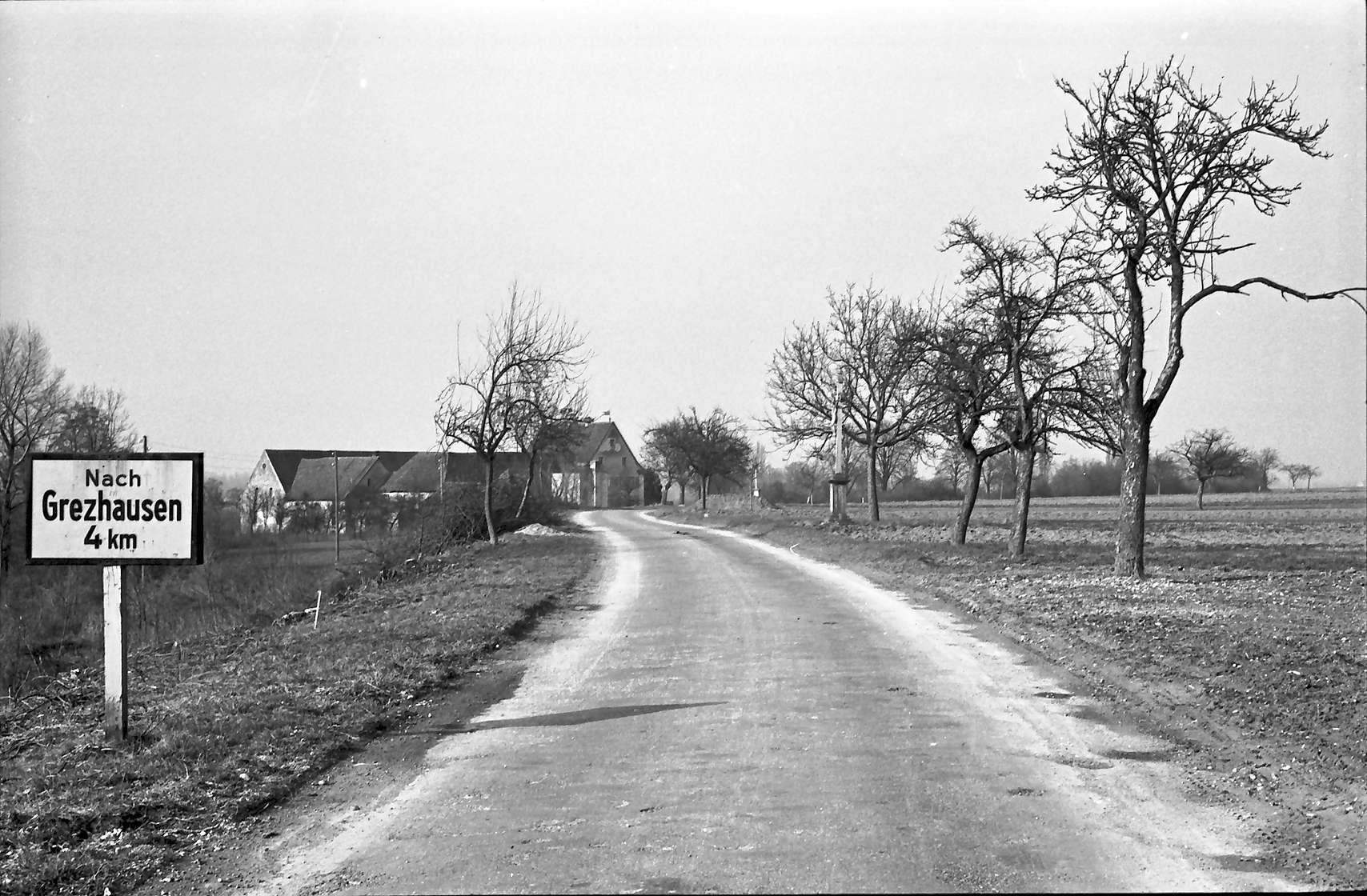 Hartheim: Stelle der späteren Straßenüberführung von Süden; mit Tafel, Bild 1