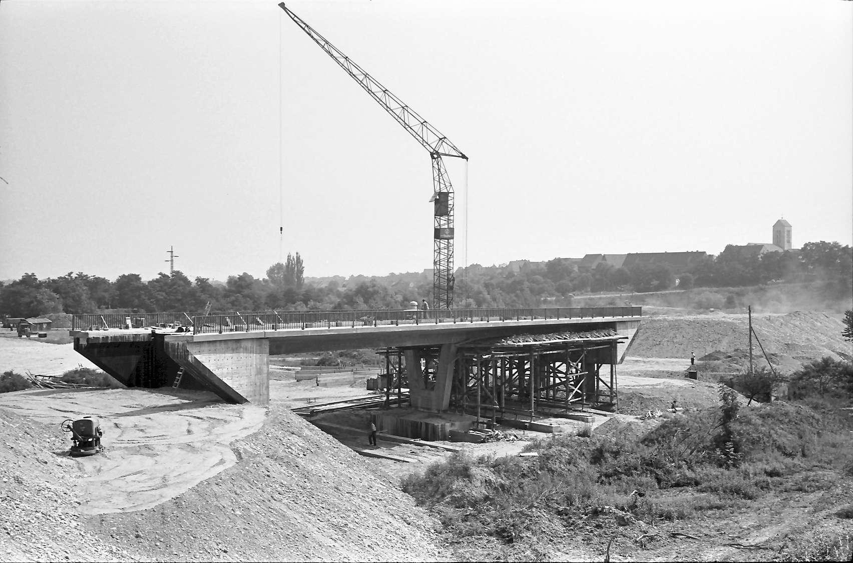 Neuenburg: Zubringerbrücke mit Blick auf die Stadt, Bild 1