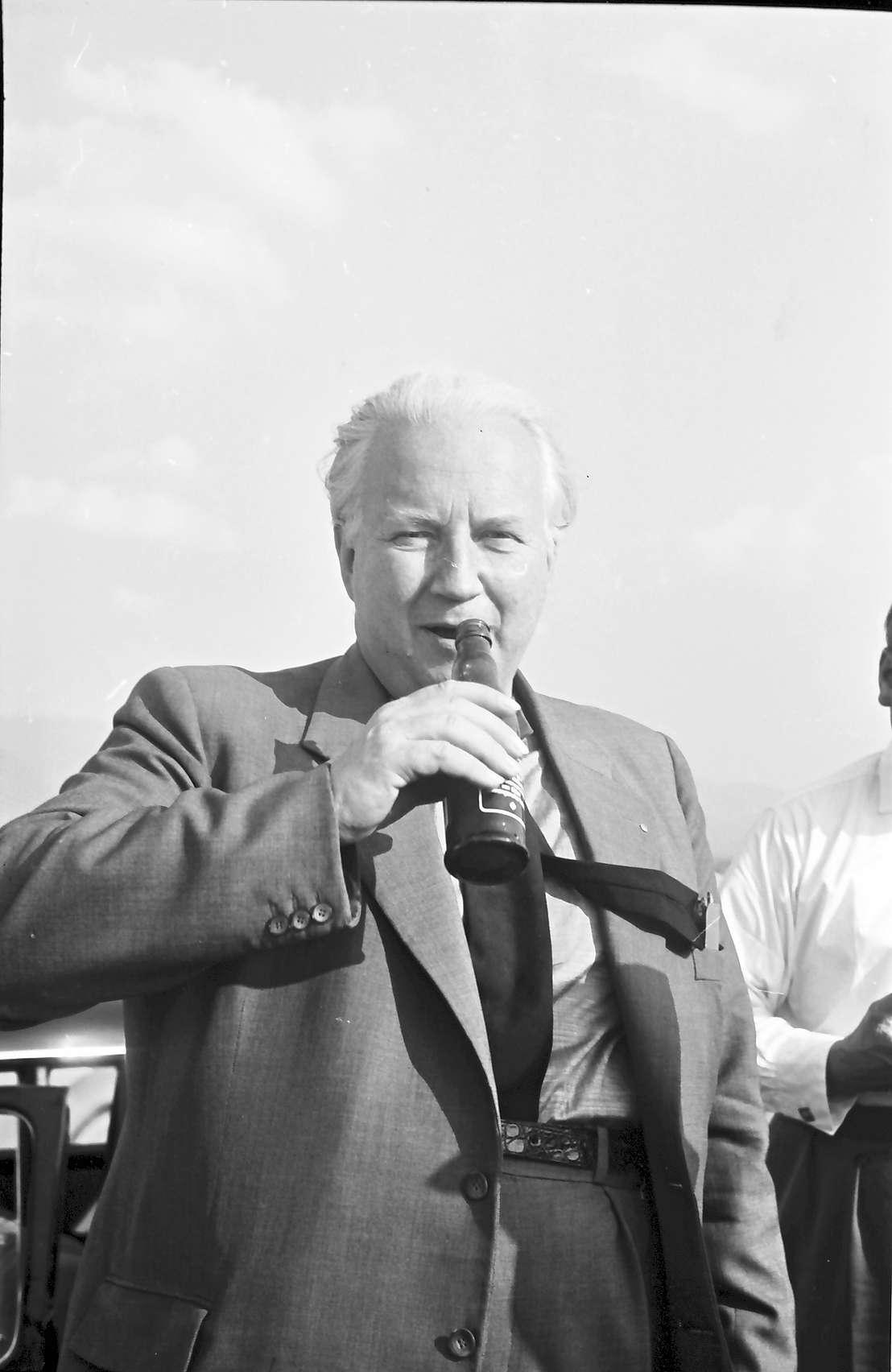 Bühl: Minister Seebohm trinkt Bluna, Bild 1