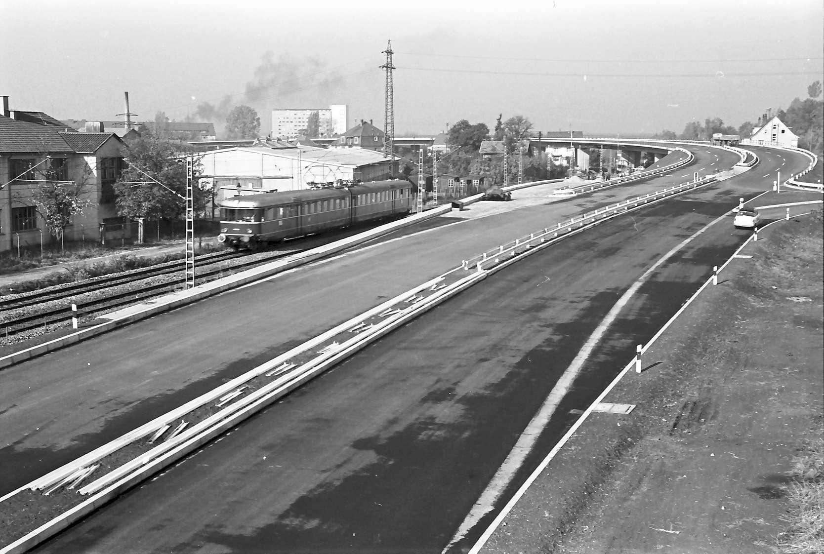Baden-Oos: Autobahnzubringer; Auffahrt Ostseite; Rampe (mit Zug), Bild 1