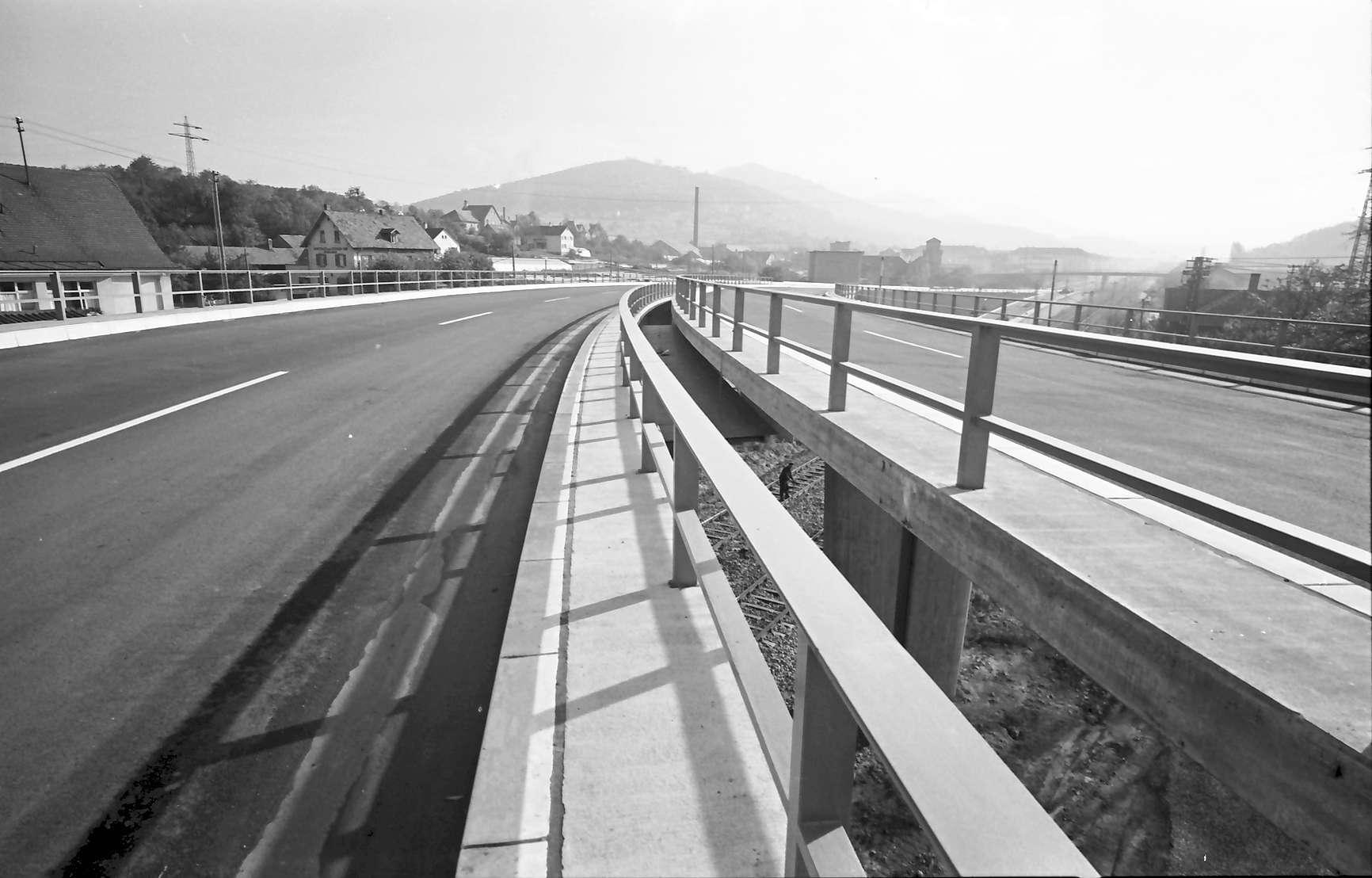 Baden-Oos: Autobahnzubringer; mit Spalt zwischen den Fahrbahnen, Bild 1