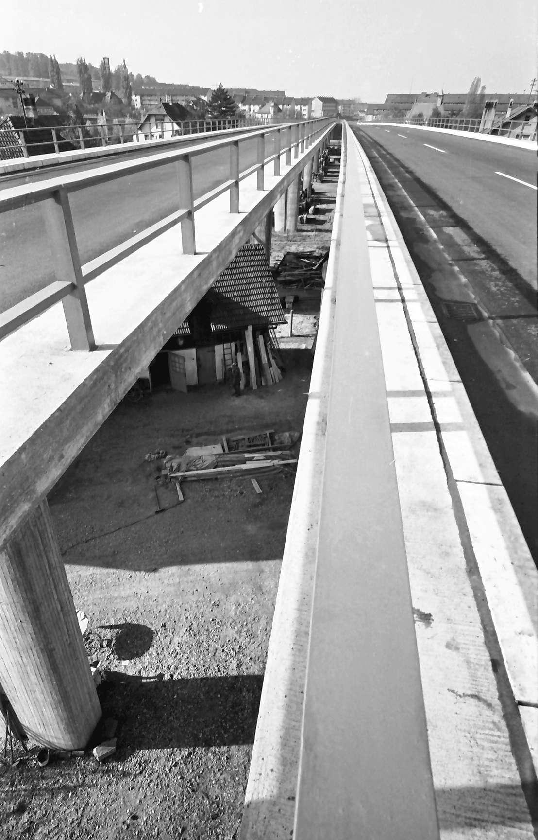 Baden-Oos: Autobahnzubringerrampe; Spalt zwischen den Fahrbahnen (von oben), Bild 1