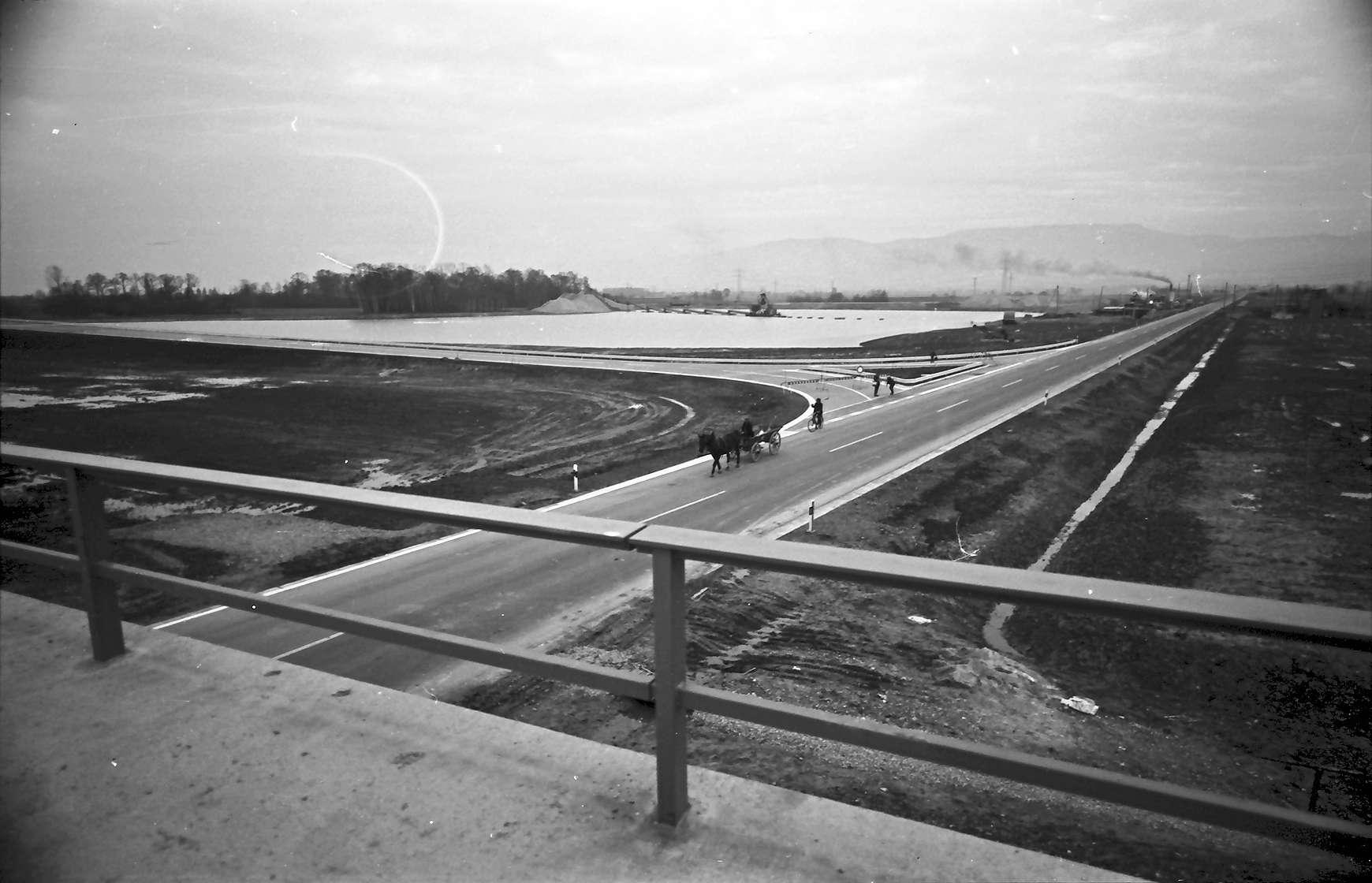 Achern: Blick von der Autobahnbrücke auf Baggersee und Zubringer, Bild 1