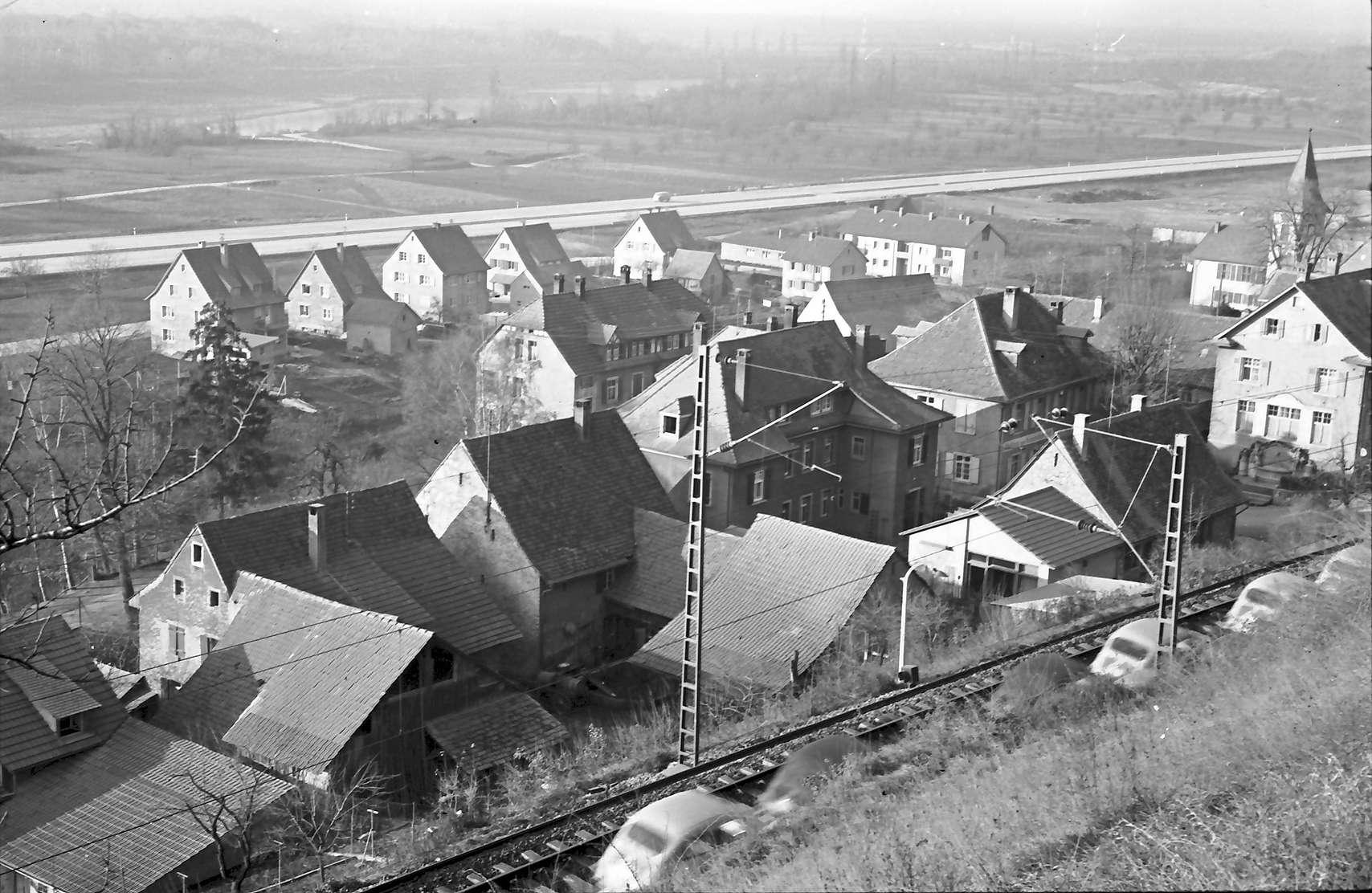 Kleinkems: Blick von der Höhe auf Ort und Autobahn, Bild 1