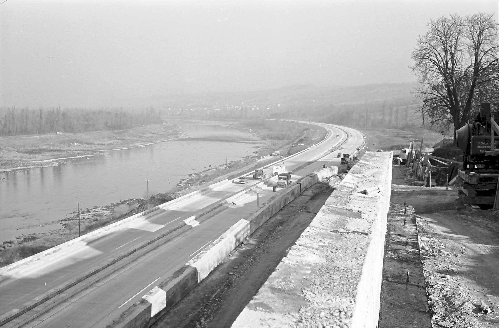 Rheinweiler: Verschieden niveauhohe Autobahn und Stützmauer; von oben Richtung Neuenburg, Bild 1
