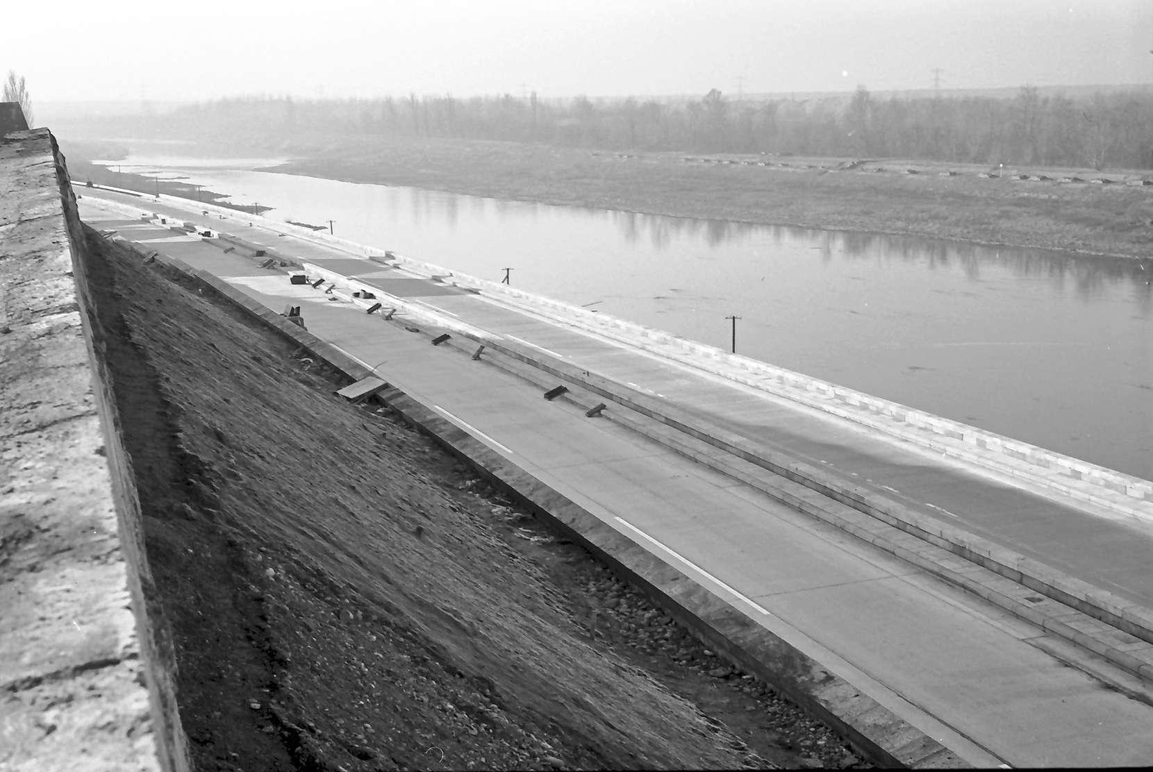 Rheinweiler: Verschieden niveauhohe Autobahn und Stützmauer; von oben Richtung Basel (Schweiz), Bild 1