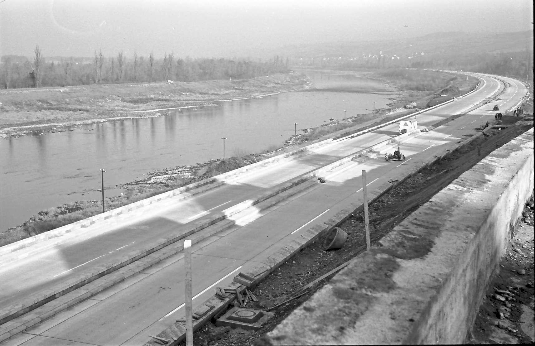 Rheinweiler: Verschieden niveauhohe Autobahn und Stützmauer; von oben Richtung Neuenburg; ohne Vordergrund, Bild 1