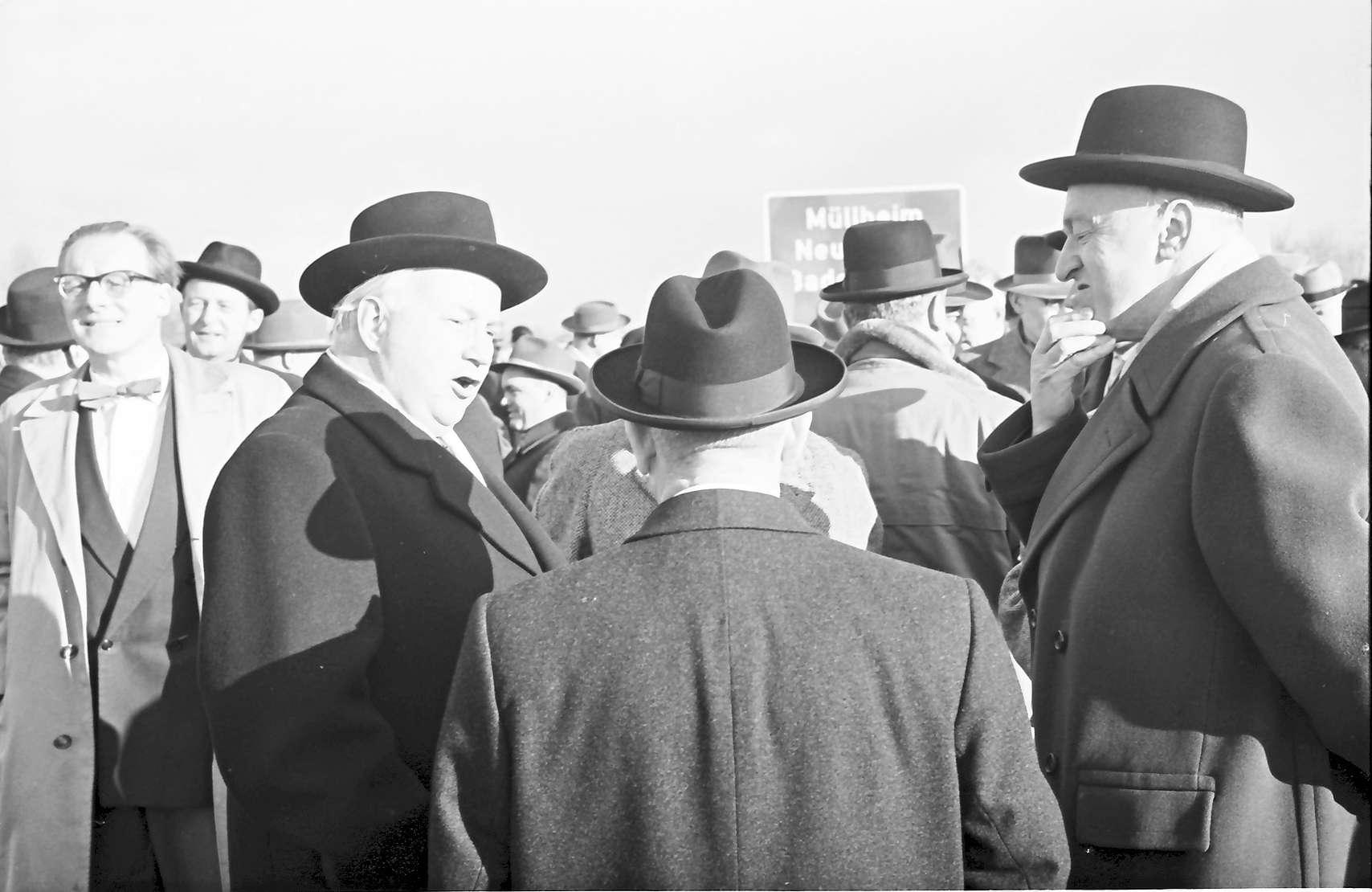 Neuenburg: Eröffnung der Strecke Neuenburg - Märkt; Gruppen vor der Eröffnung mit Minister Seebohm, Bild 1