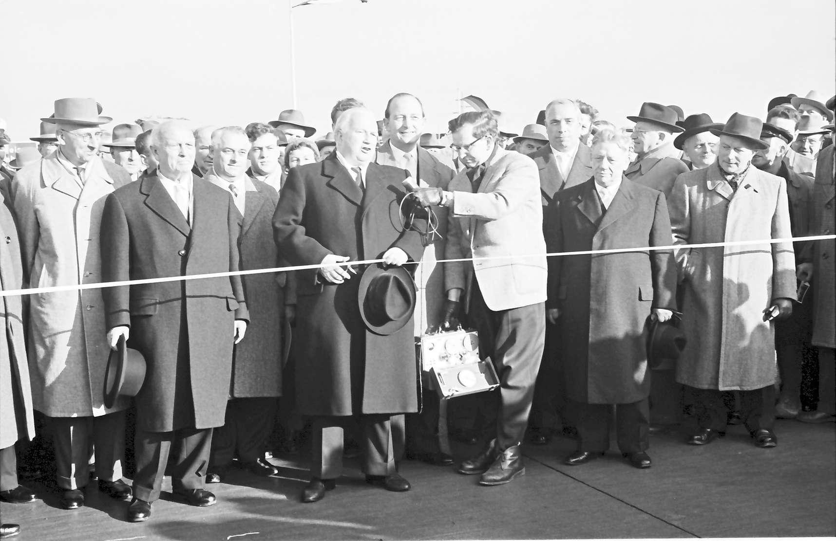 Neuenburg: Eröffnung der Strecke Neuenburg - Märkt; Minister Seebohm durchschneidet Band, Bild 1
