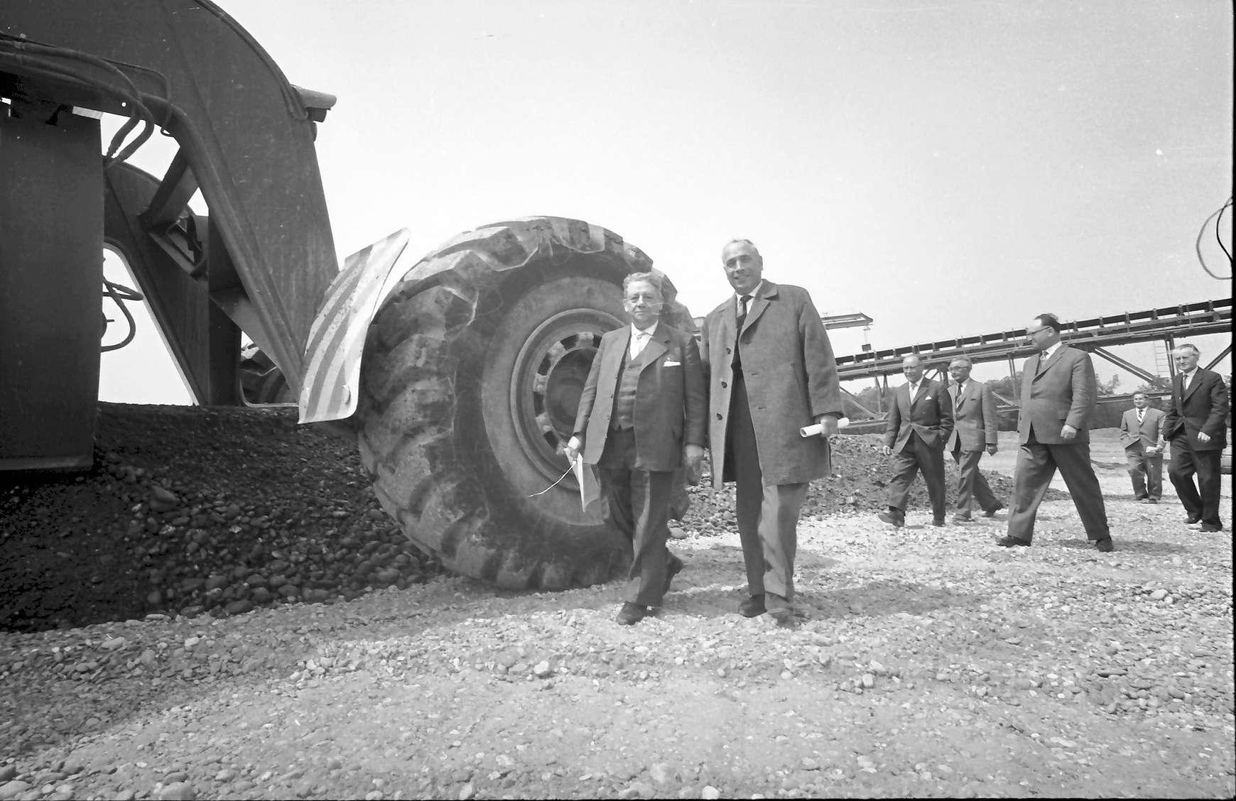 Kenzingen: Regierungspräsident Dichtel und Baudirektor Leins vor Rad des Transporters, Bild 1