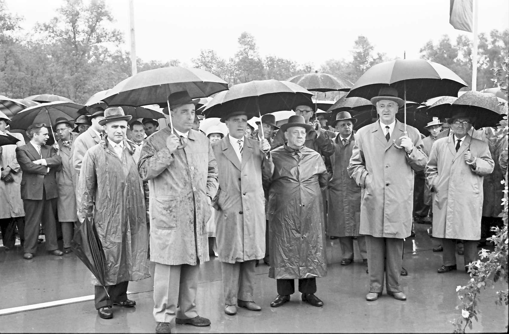 Appenweier: Eröffnungsfeier der Strecke Achern - Appenweier; Ehrengäste im Regen, Bild 1