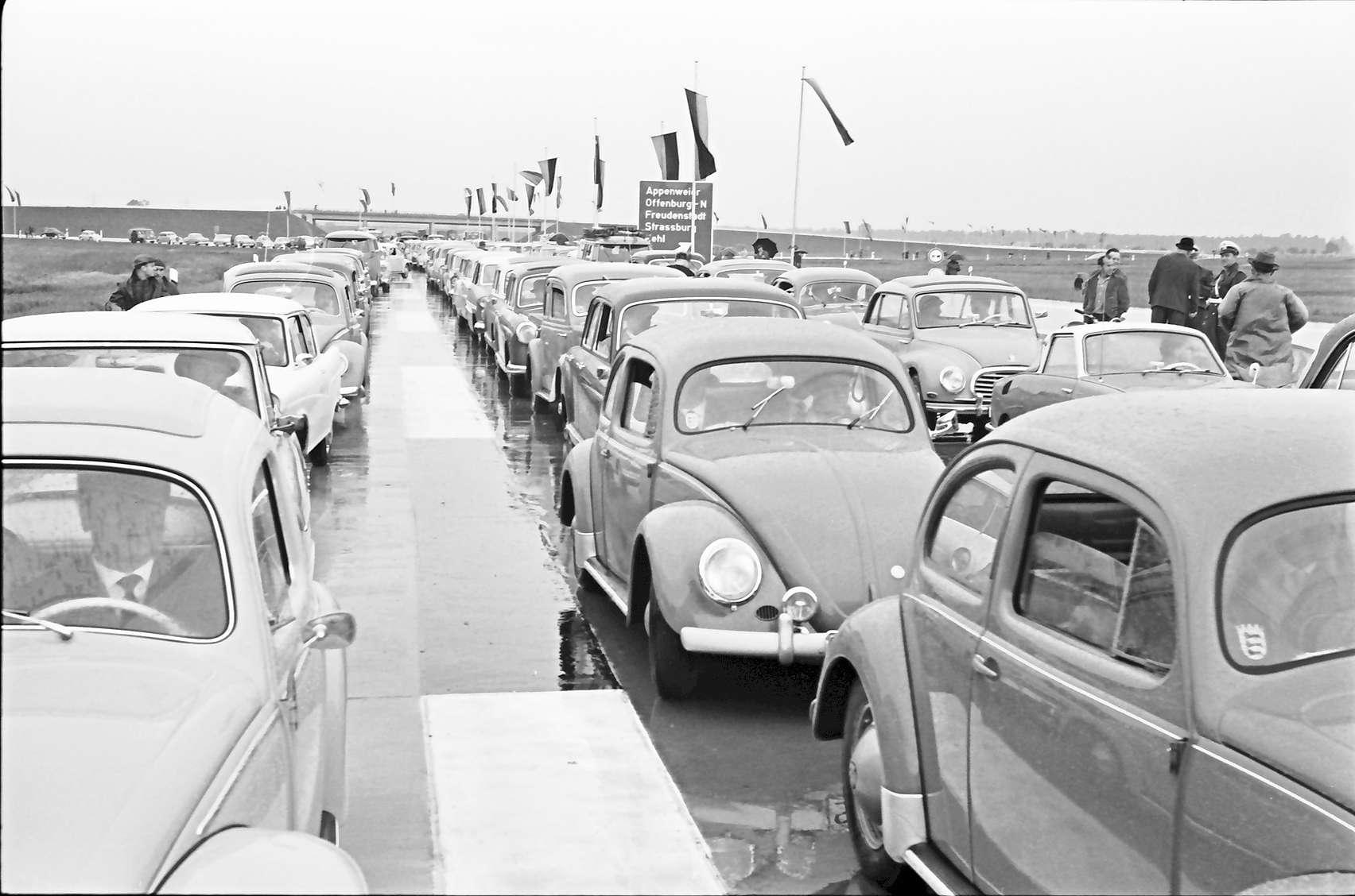 Appenweier: Autokolonne am Festplatz, Bild 1