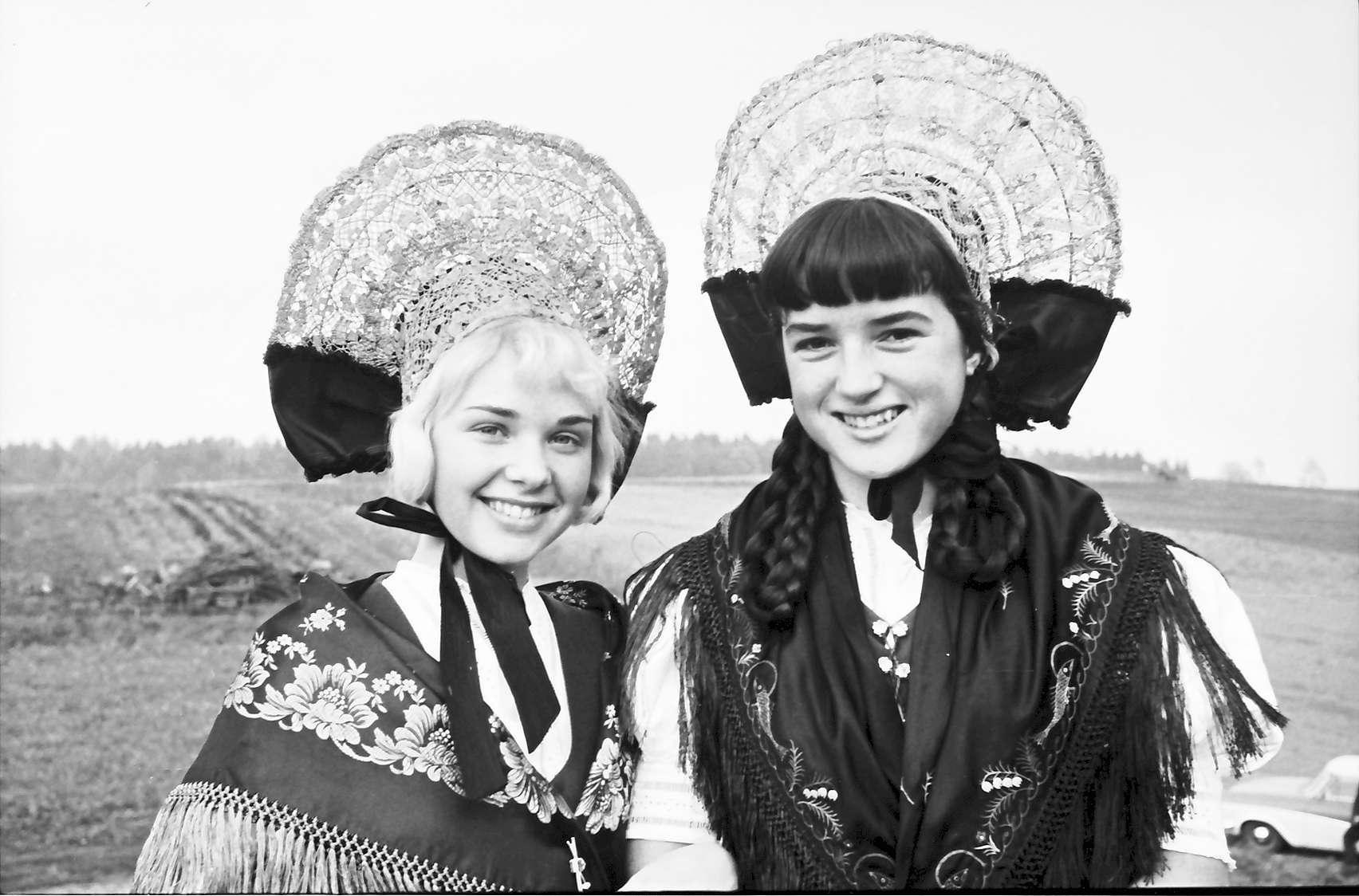 Allensbach: Trachtenmädchen aus Allensbach, Bild 1