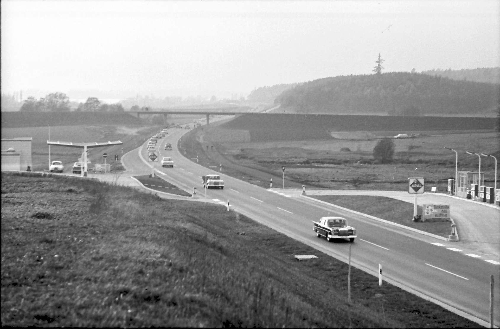 Allensbach: Umgehungsstraße von der Brücke nach Norden mit Kolonne, Bild 1
