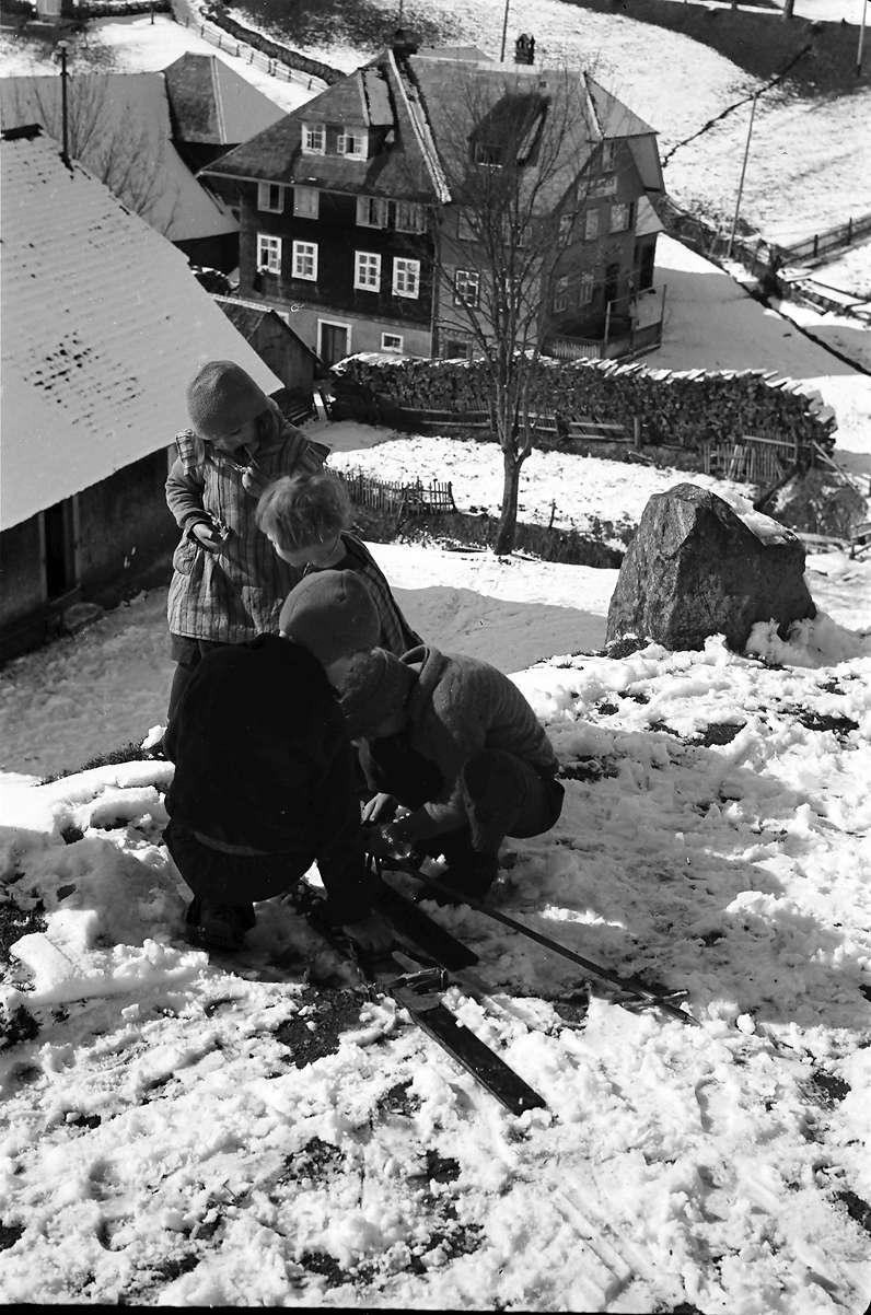 Todtnauberg: Vier Kinder montieren an einem Ski, Bild 1