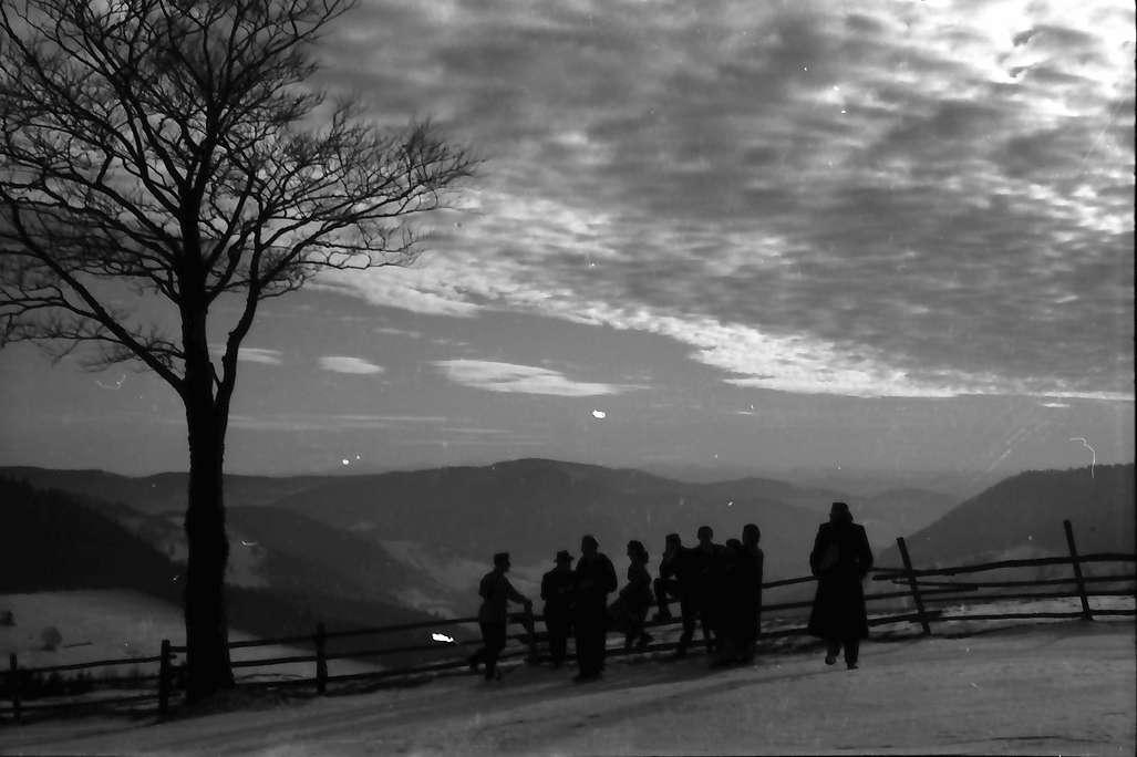 Todtnauberg: Schäfchenwolkenhimmel mit Fernsicht; mit Personen, Bild 1