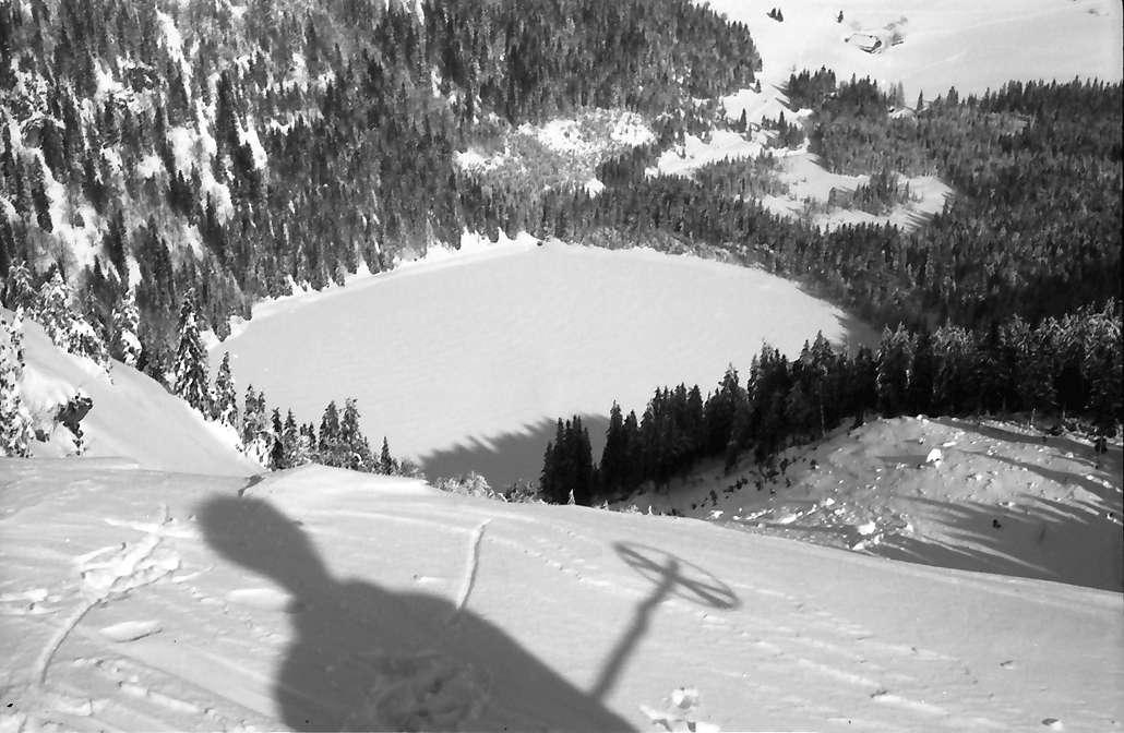 Feldberg: Feldsee zugeschneit; von oben mit Schatten, Bild 1