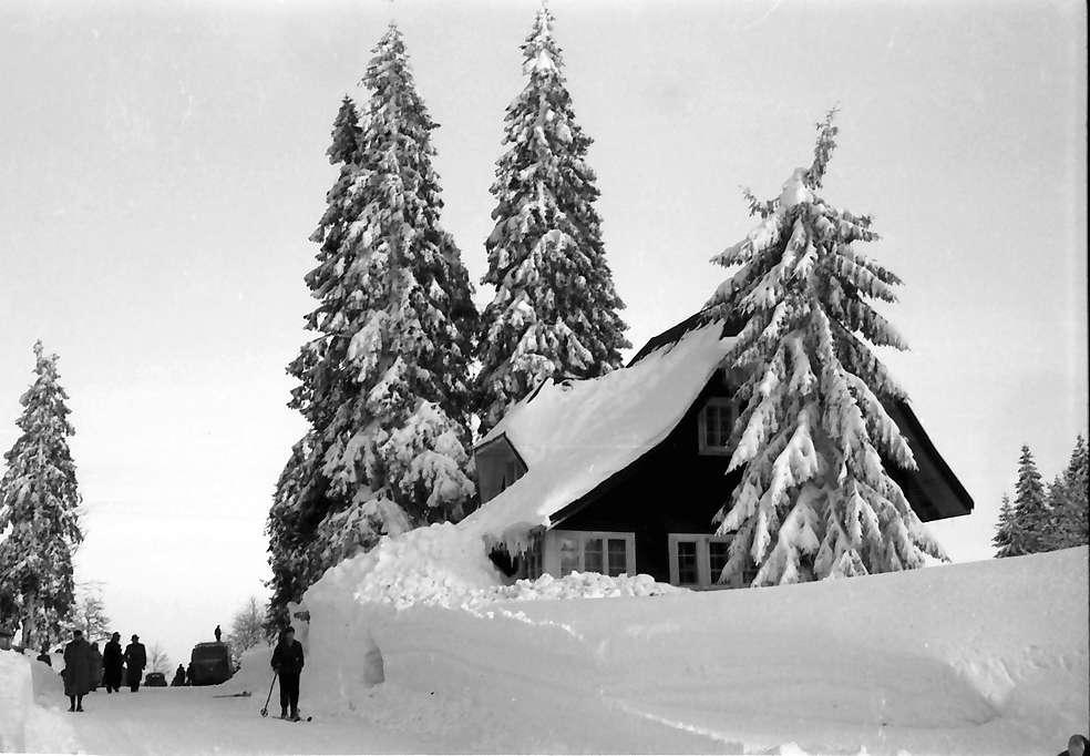 Feldberg: Feldbergstraße; verschneites Haus, Bild 1
