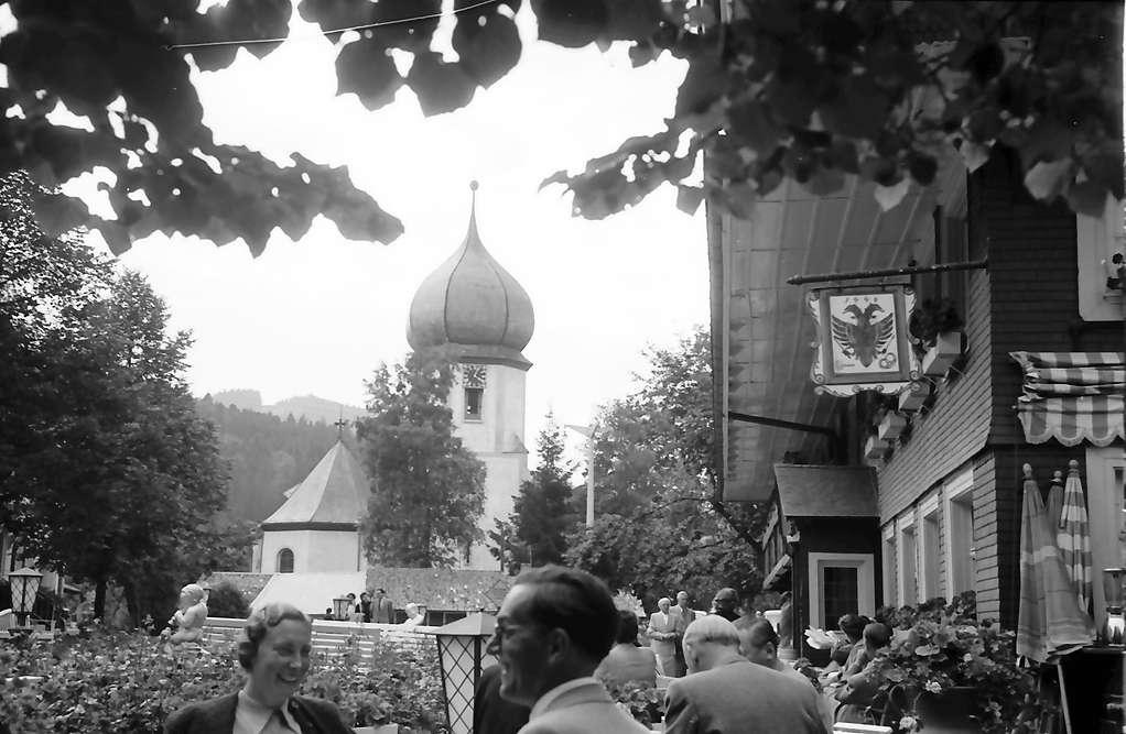 Hinterzarten: Gasthaus zum Adler und Kirche, Bild 1