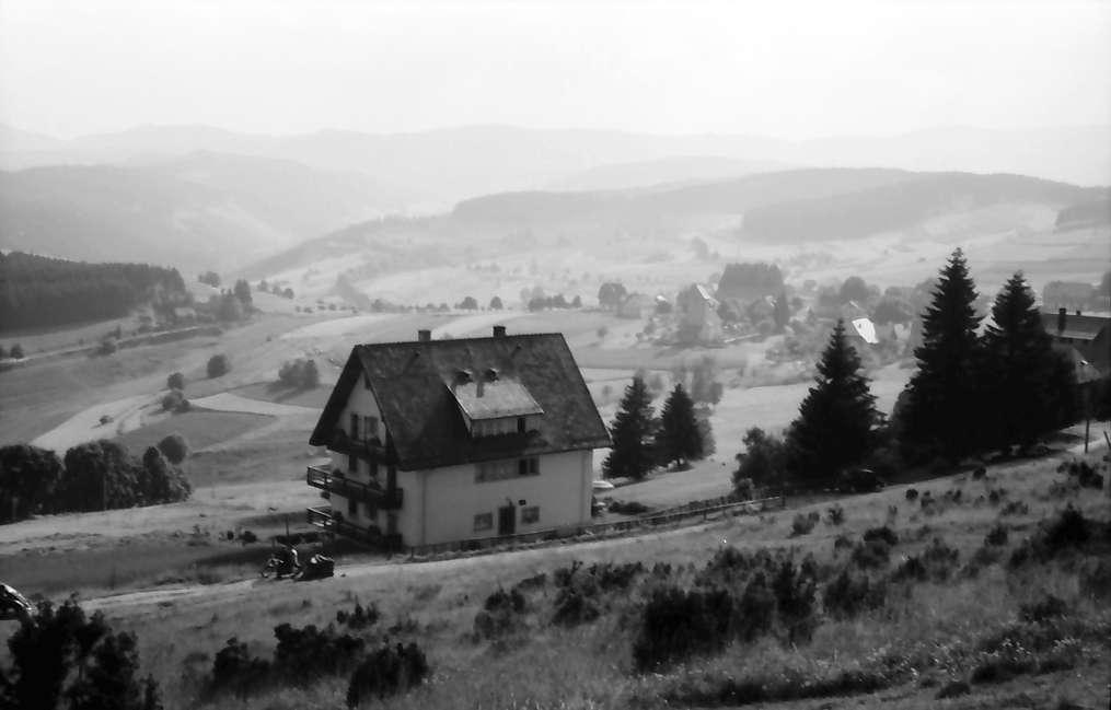 Saig: Blick auf Saig mit Feldbergmassiv im Hintergrund; Vordergrund Haus, Bild 1