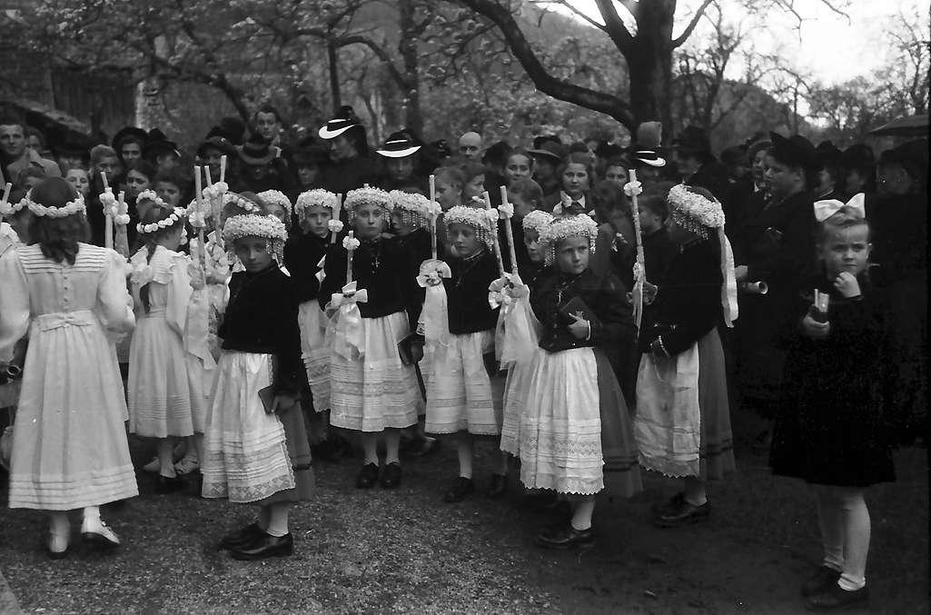 Glottertal: Erstkommunikantinnen in Tracht; Gruppe weiter weg, Bild 1