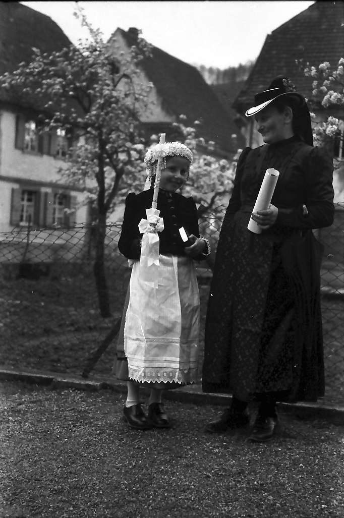Glottertal: Einzelne Erstkommunikantin mit Mutter in Tracht, Bild 1