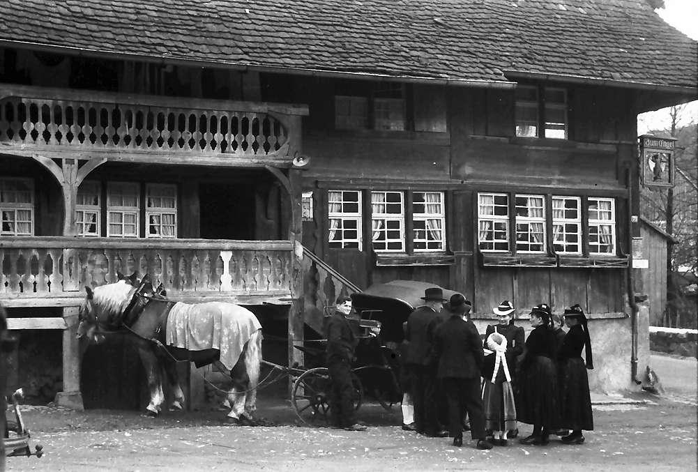 """Glottertal: Trachtengruppe vor """"Gasthaus Engel"""", Bild 1"""