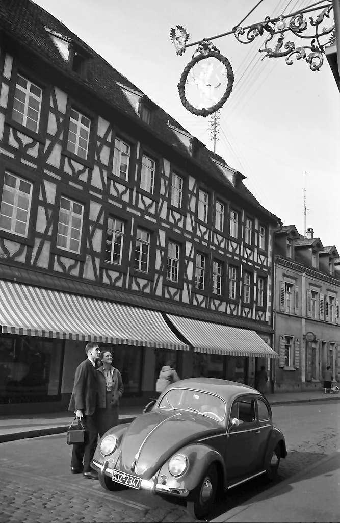 Emmendingen: Ein Hochzeitspaar: Hermann und Dorothea vor dem Historischen Gasthaus Löwen, Bild 1