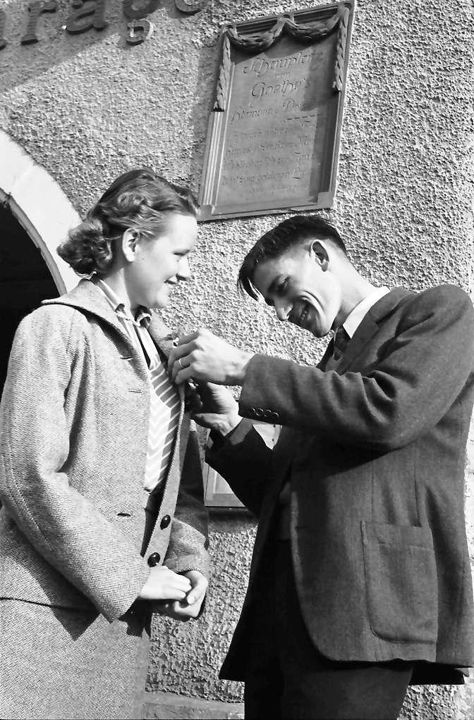 Emmendingen: Ein Hochzeitspaar: Hermann und Dorothea vor dem Historischen Gasthaus Löwen; vor Goethe-Tafel, Bild 1