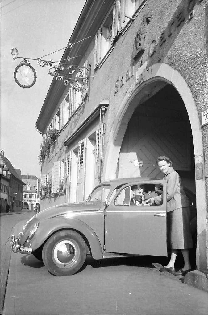 Emmendingen: Mit VW in der Toreinfahrt, Bild 1