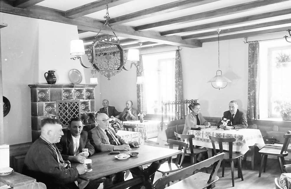 Glottertal: Gasthaus zum Hirschen; Gaststube mit Ofen, Bild 1