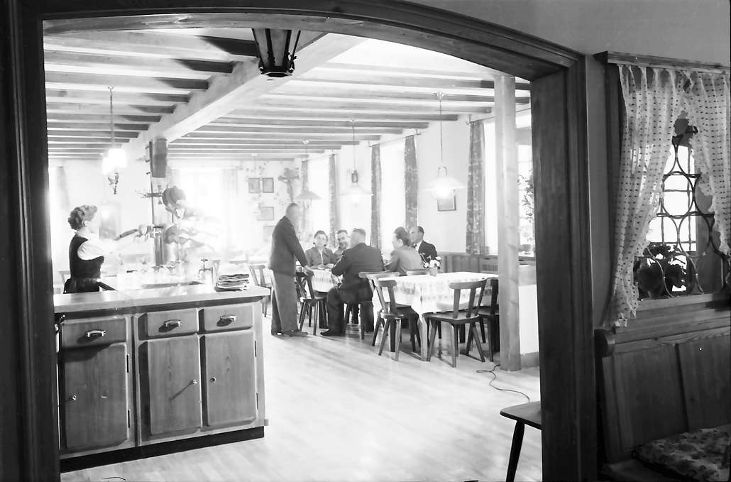 Glottertal: Gasthaus zum Hirschen; Durchblick in den großen Gastraum, Bild 1