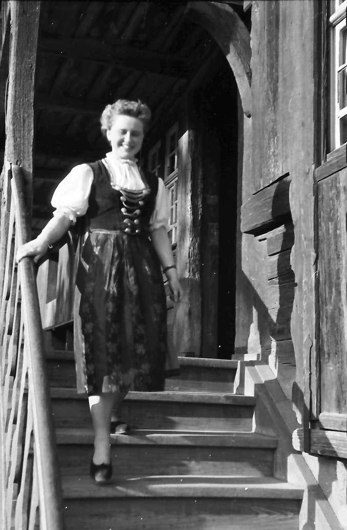 """Glottertal: Ortrud Frey auf der Treppe des """"Engel"""", Bild 1"""