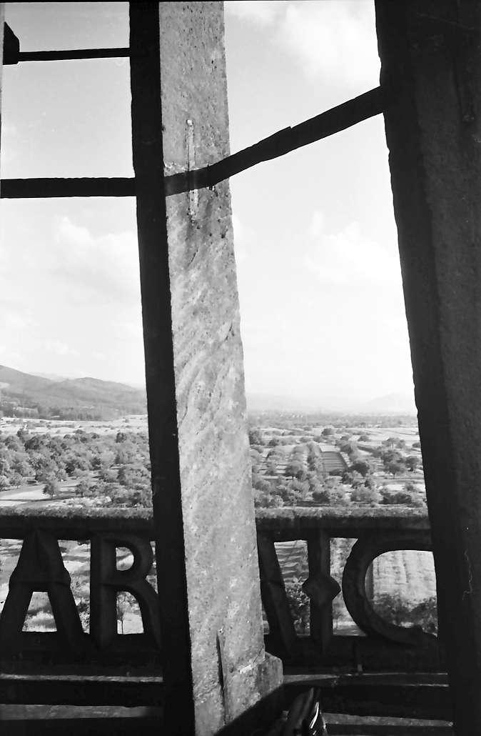 Denzlingen: Durchblick durch Kirchturmgeländer, Bild 1