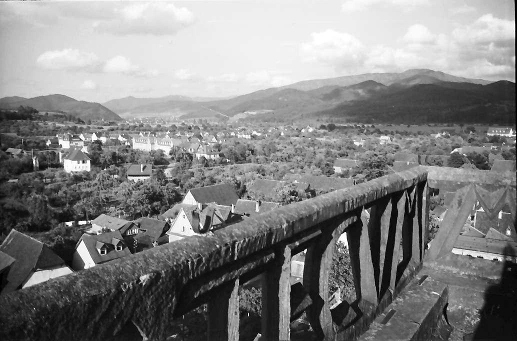 Denzlingen: Durchblick durch Kirchturmgeländer; Richtung Waldkirch, Bild 1