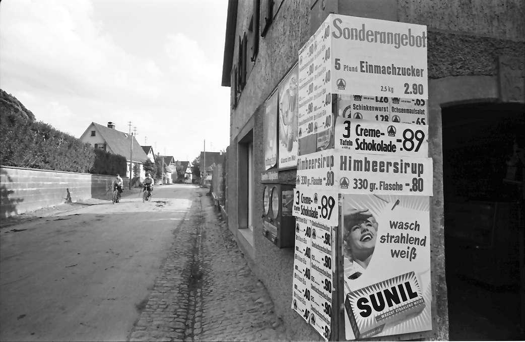 Vörstetten: Laden mit verschandelnden Reklameschildern; nahe, Bild 1