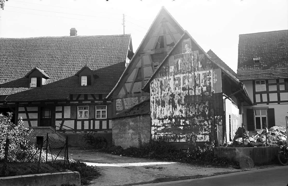 Gundelfingen: Verunstaltete Scheune; abgerissene Zirkusplakate, Bild 1