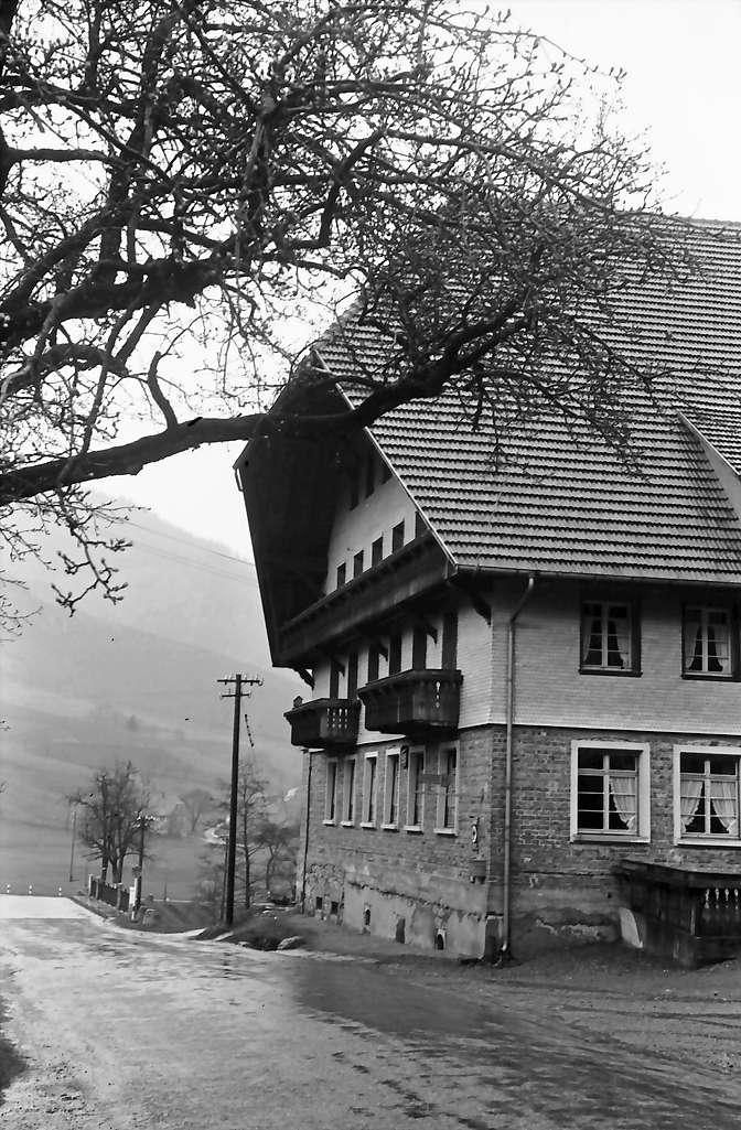 Obersimonswald; Gasthof Engel; seitlich mit Straße, Bild 1