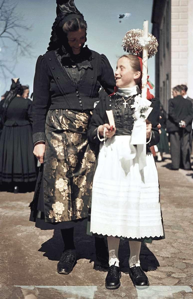 St. Peter: Tracht mit Schäppele und Kommunionkerze; Mutter und Töchterchen, 1957 [Quelle: Staatsarchiv Freiburg]