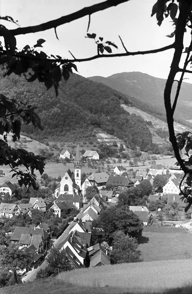 Glottertal: Straße mit Kirche durchs Glottertal; von oben; eingerahmt von Ästen, Bild 1