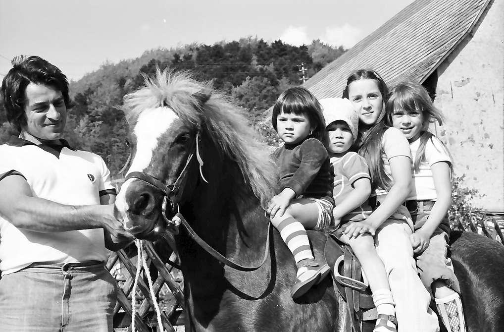 Glottertal: Vier Kinder auf Pferd am Winzerweg, Bild 1