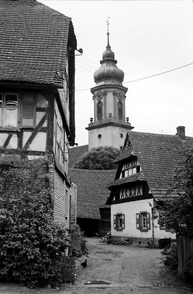 Appenweier: Romantischer Durchblick zur Kirche, Bild 1